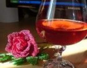 Домашний ликер из лепестков розы фото