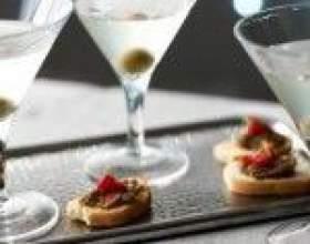 Грязный мартини – джин, вермут и оливковый сок в одном бокале фото