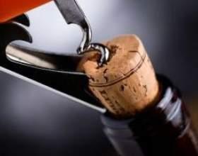 Как открыть вино при отсутствии штопора фото