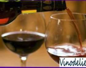 Переливание вина фото