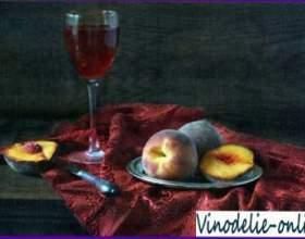 Персики с красным вином фото