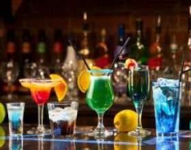 Приспособления для смешения алкогольных напитков и бокалы для коктейлей фото