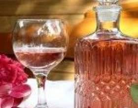 Самодельное вино из лепестков чайной розы фото