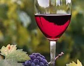 Красное полусладкое вино фото